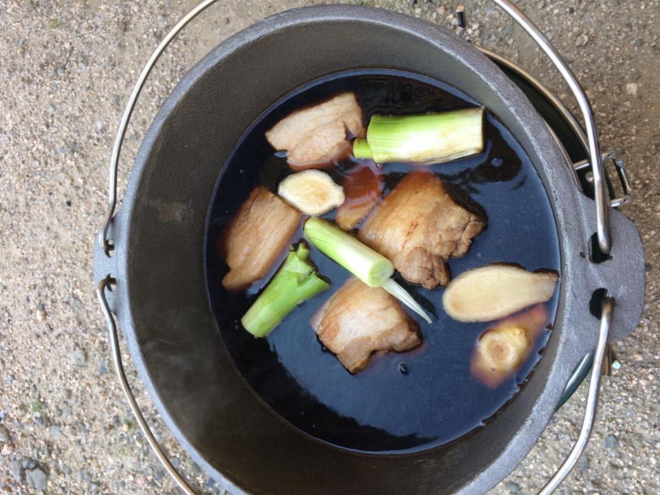【角煮の準備】ダッチオーブンに材料を入れて醤油・酒・コーラをひたひたに