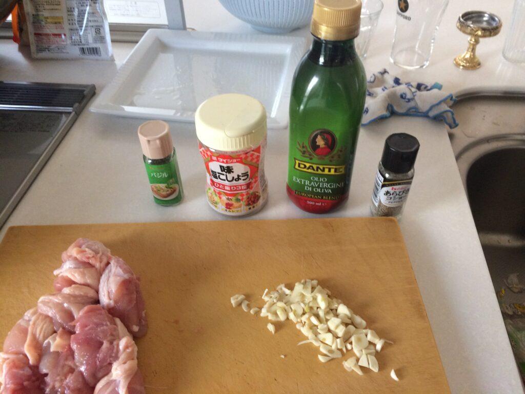 ニンニクを刻んで、塩コショウ、オリーブオイルを準備しました