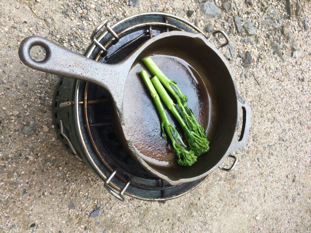 スキレットで飾付けの野菜を焼きます