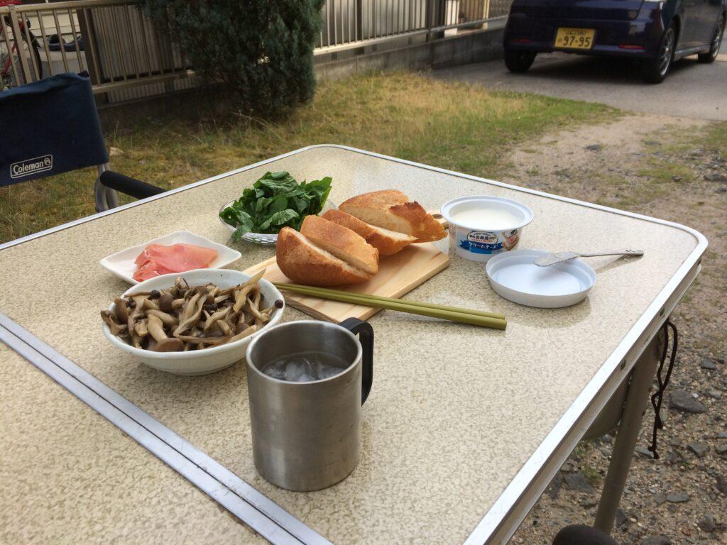 クリームチーズと生ハムとキノコのオープンサンドを庭キャンプで