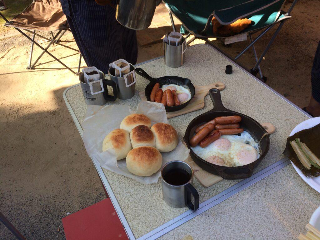 フォールディングテーブルにキャンプの朝ご飯を並べたところ