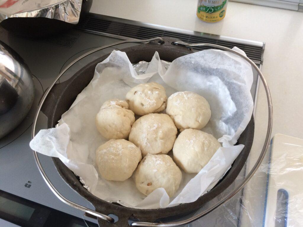丸めてダッチオーブンに入れて2次発酵の開始です