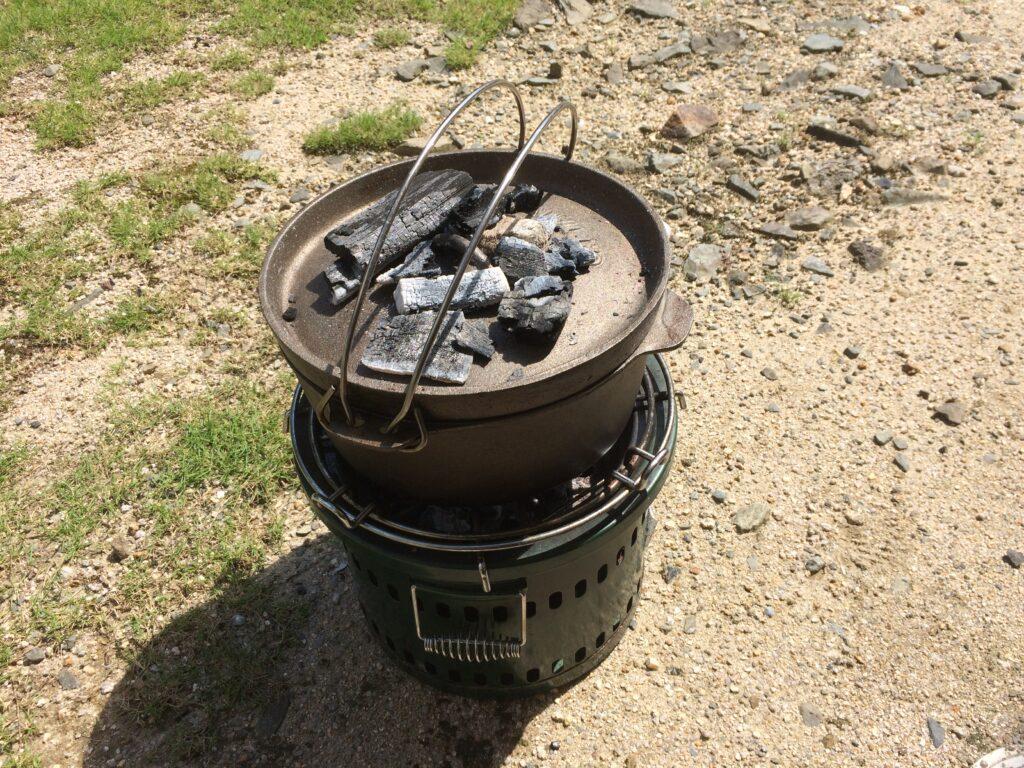 ダッチオーブンに蓋をして、二の上にも火を置いて焼きます