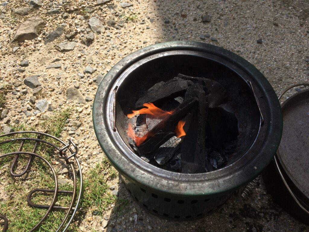 金属製七輪で火を起こします
