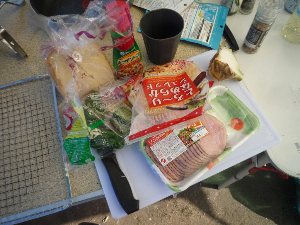 材料は玉ねぎ、ピーマン、ハム、市販のピザソースととろけるチーズ