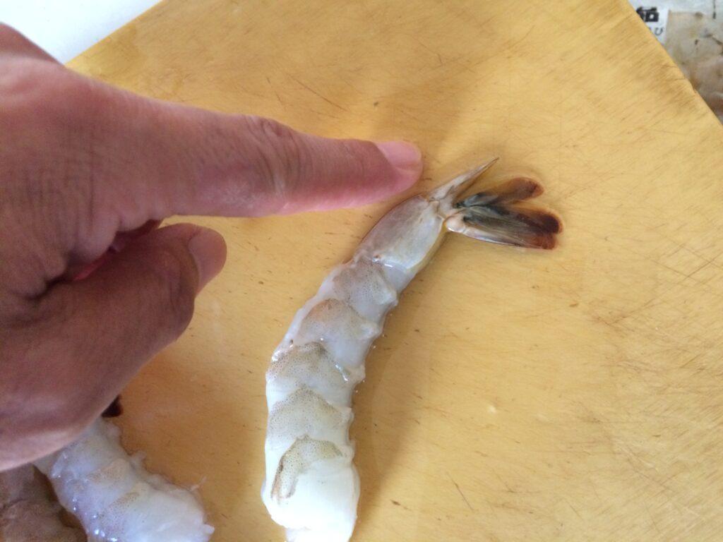 【エビの仕込み】尻尾のとげを切り落とします
