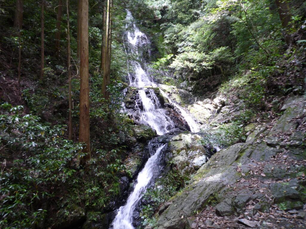 勇壮な雄滝の景観