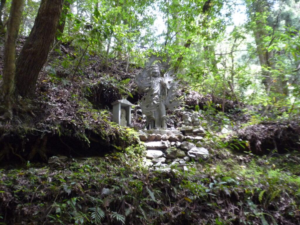 雄滝には立派な不動明王様の像もありました