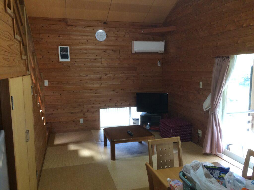 コテージの中の様子。冷暖房完備でテレビもある。