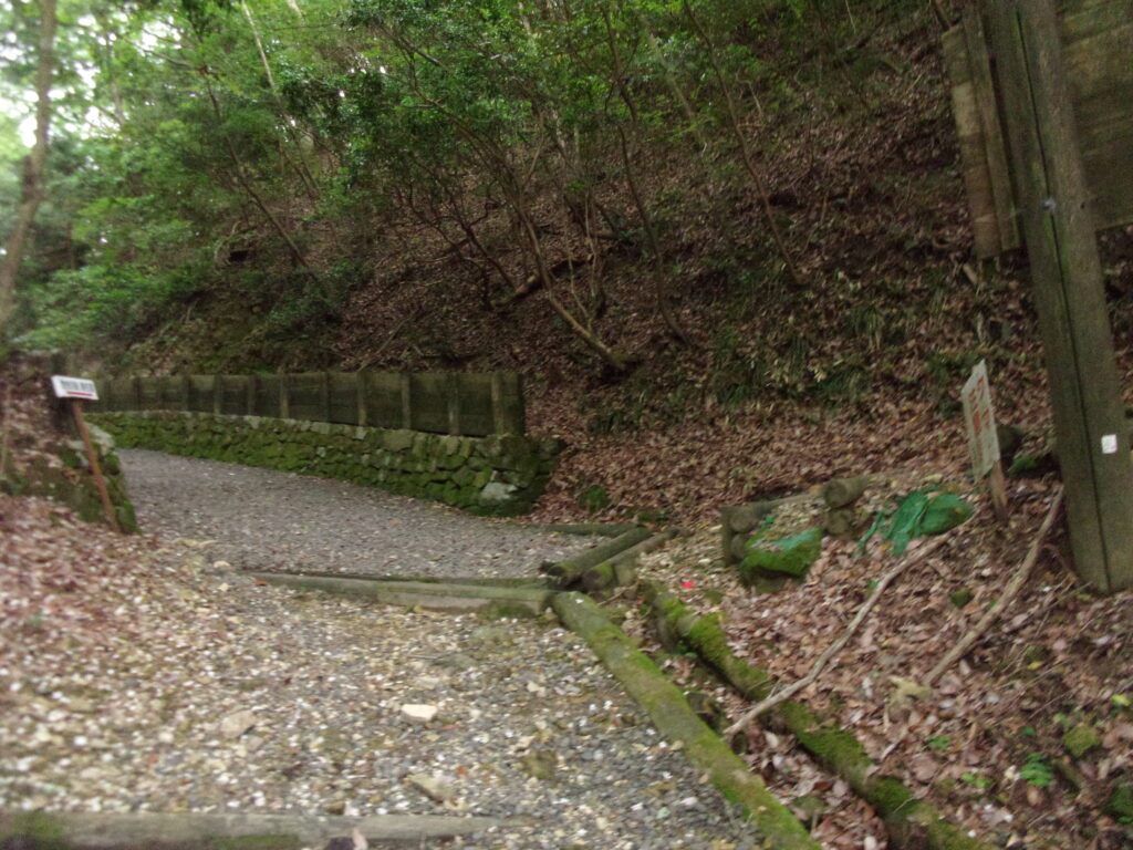 板堂峠から東鳳翩山に向かう分岐点