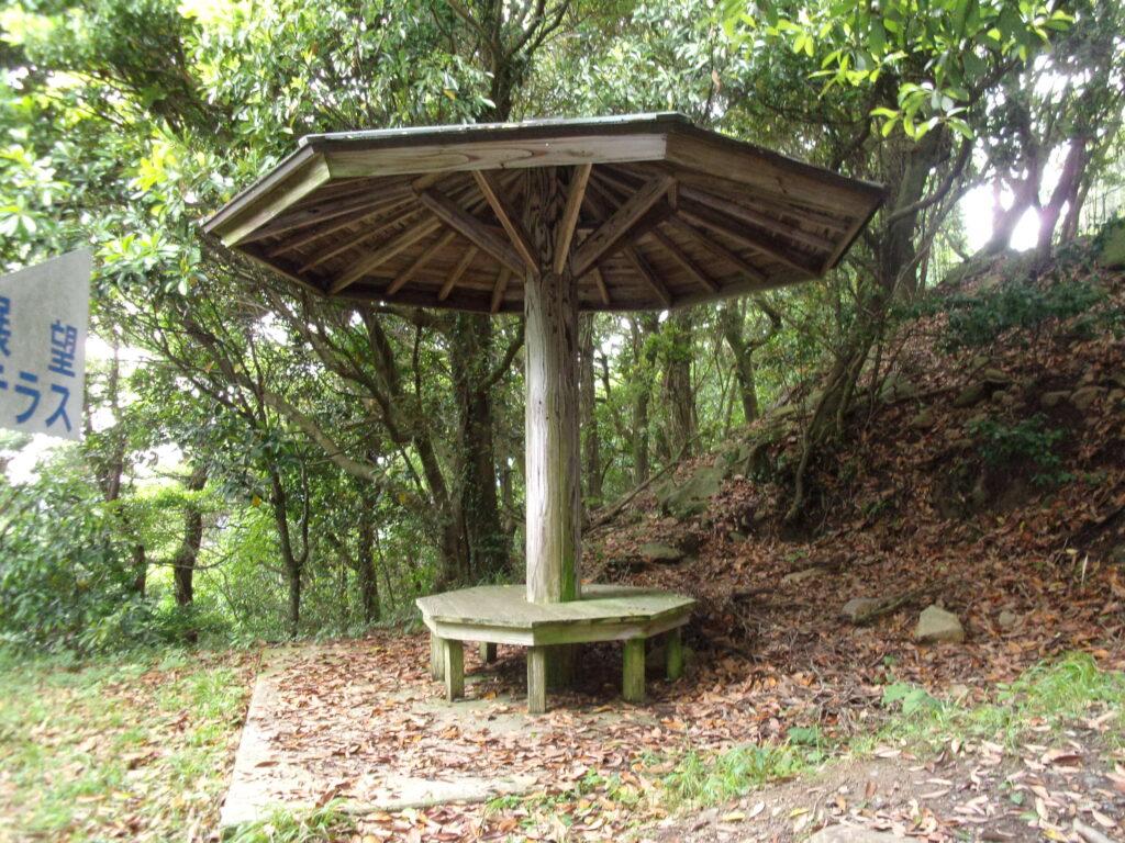 嵩山山頂近くの休憩所