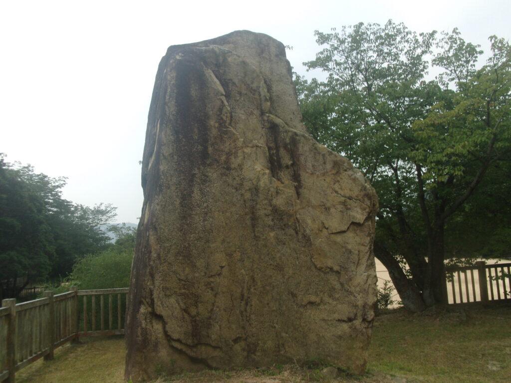 本丸の端に立つ岩