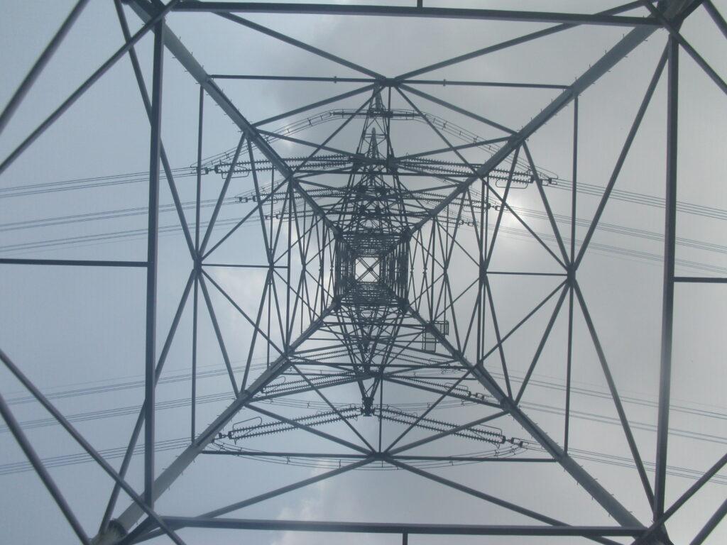 鉄塔の真下からの写真