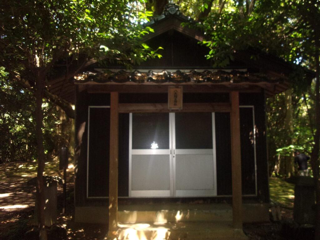 八大龍王神社様 社殿