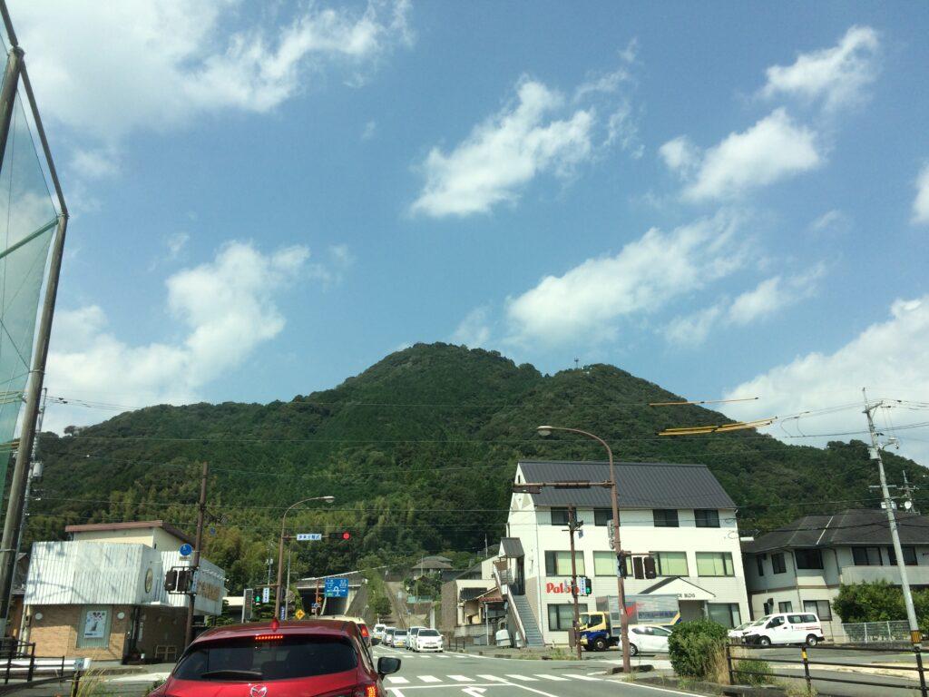 山口高校傍から見る鴻ノ峰