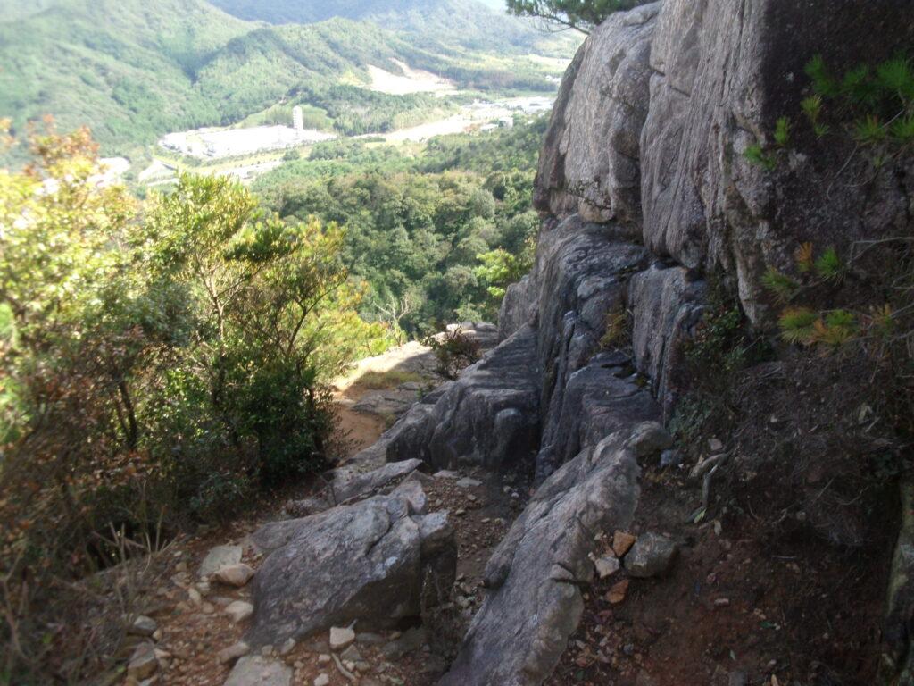 頂上崖下の道