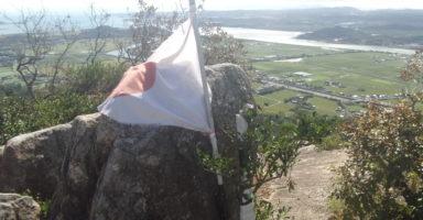 火の山山頂の国旗(景色は宇部方面)