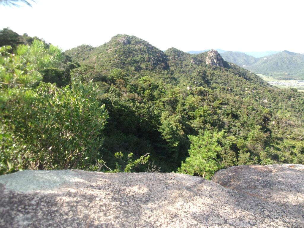 下山中、今日歩いてきた山を振り返る