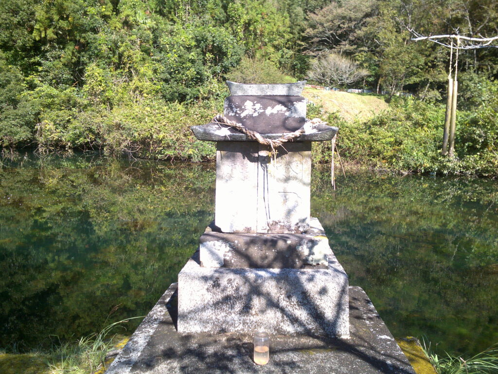 白水の池の浮島の水神様