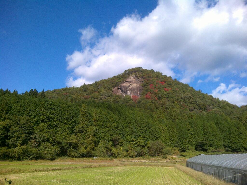 舗装路から見る岩屋山のライオン岩