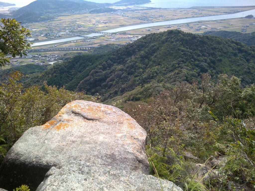 山頂から少し下った岩場