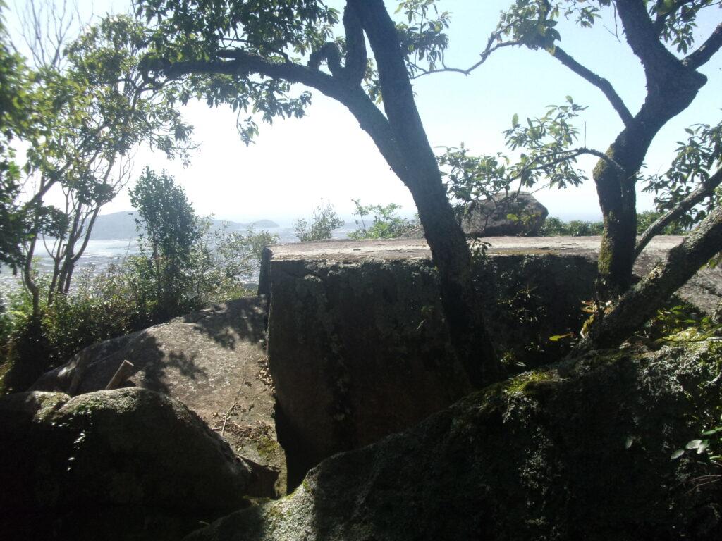 稜線の左に石舞台