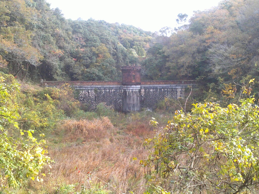 旧桂ヶ谷貯水池堰堤全景