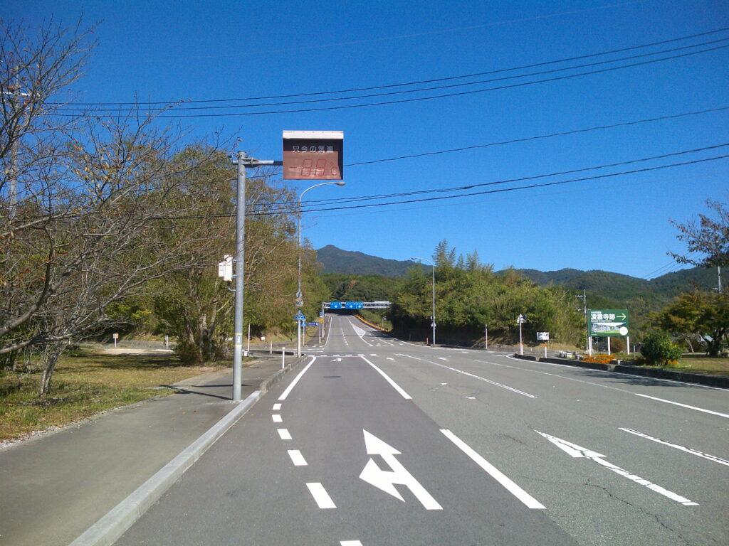 赤田神社の向こうの大きな交差点