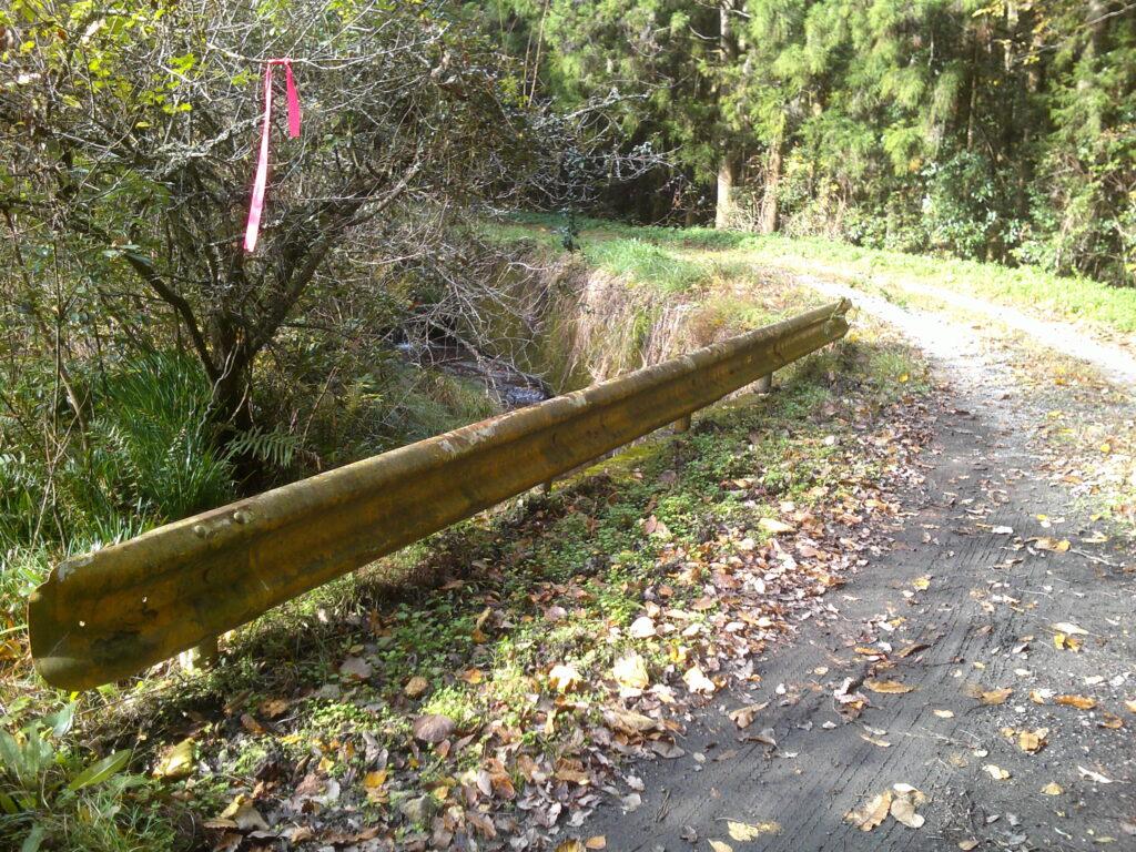 林道市原線に黄色のガードレール