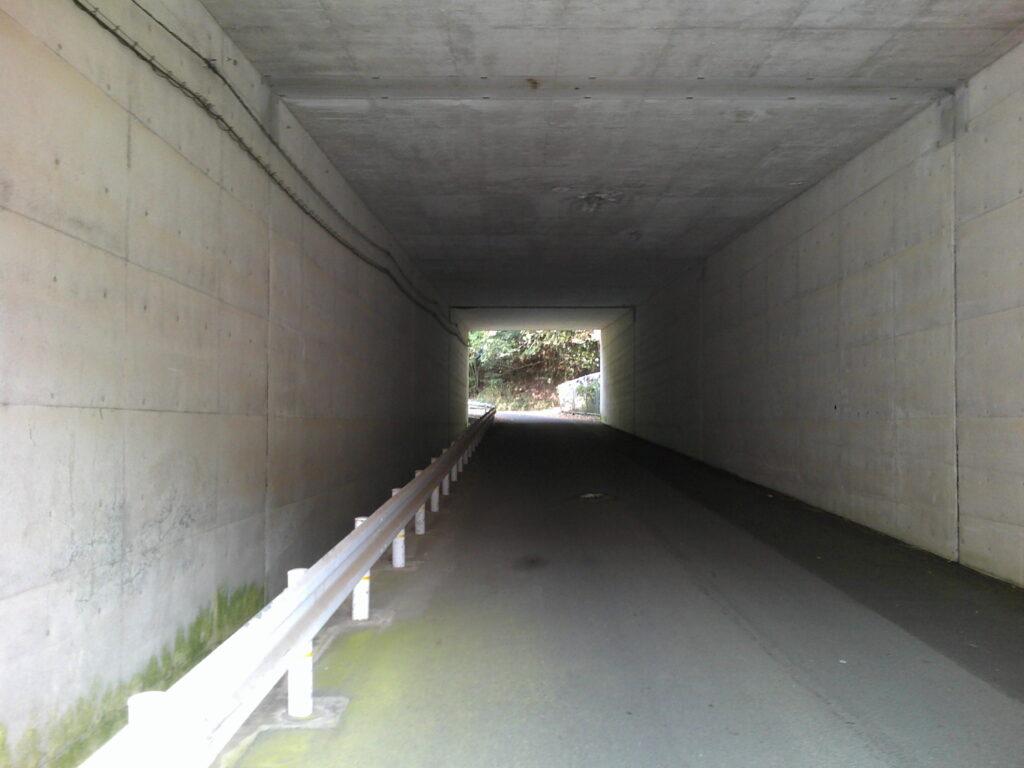 高速下のトンネル