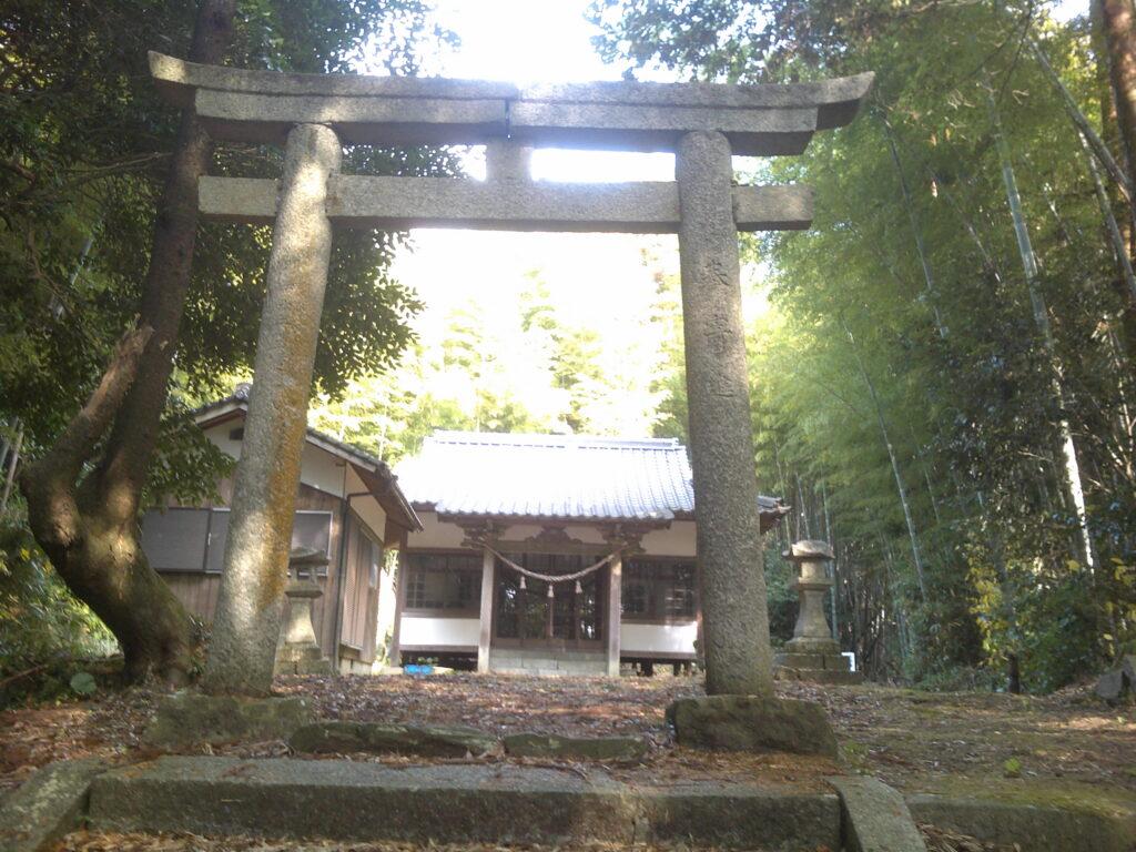 二の鳥居と拝殿