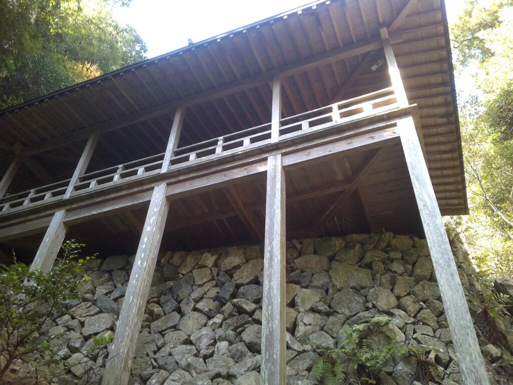 下から奥の院を眺める