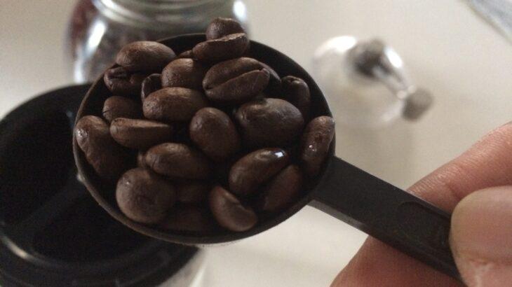コーヒーミルで豆を挽いてミル