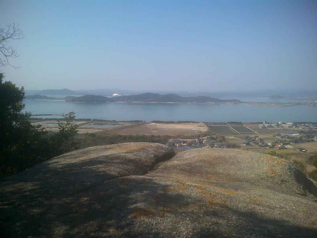 再び飛び出た岩から秋穂湾