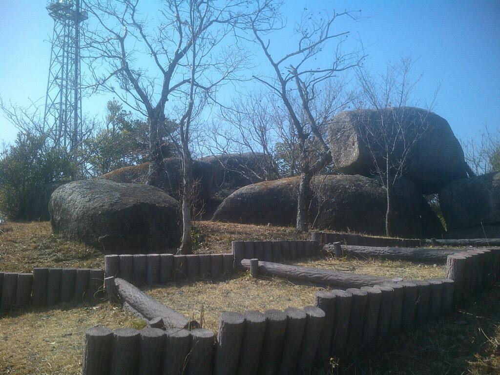 行者嶽山頂(151.5m)のでっかい岩