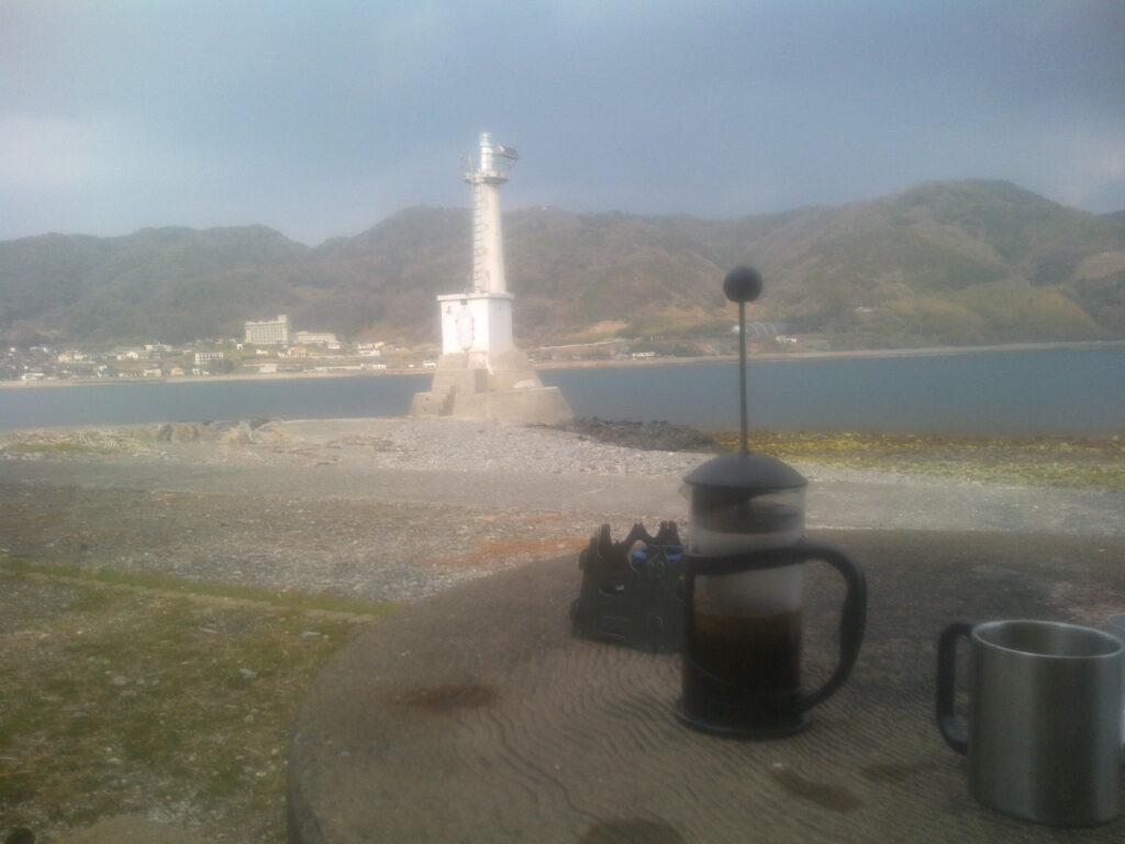 室積港灯台とフレンチプレス