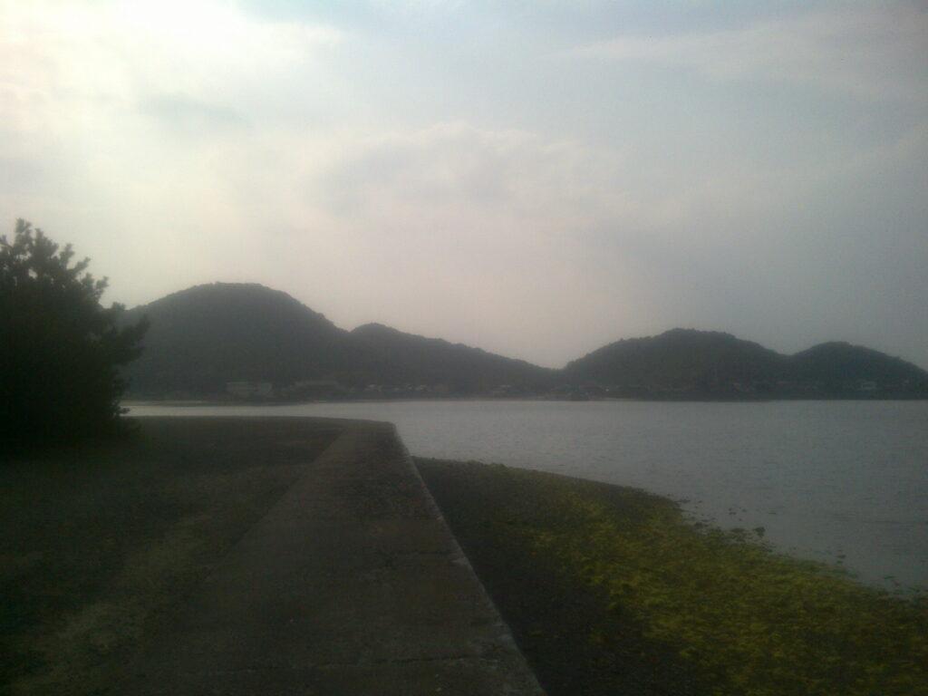 湾の向こうに普賢寺の波止が見える