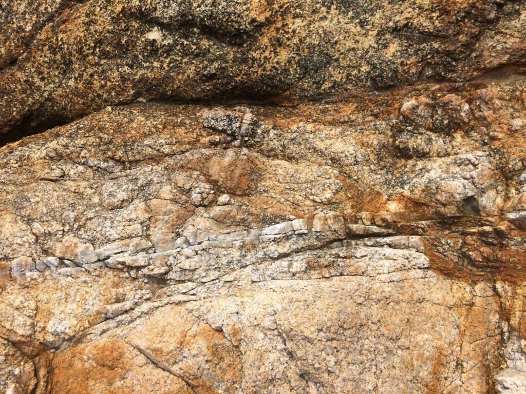 花崗岩に石英の筋を発見