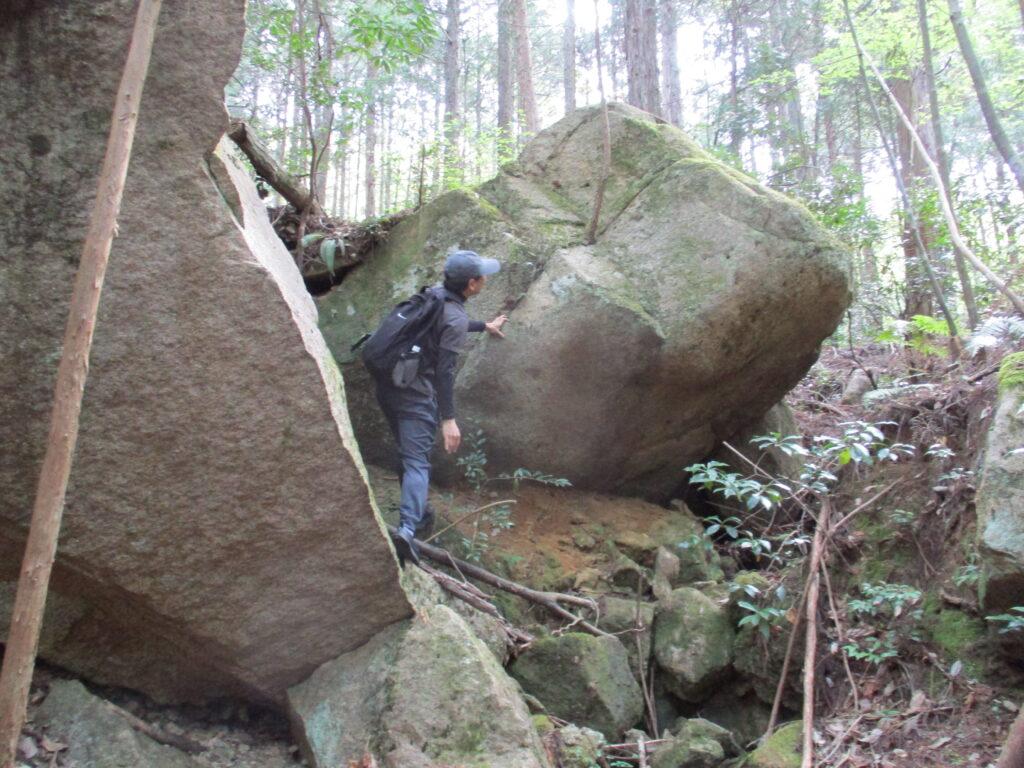 岩を見つけるとすぐ上る升井君