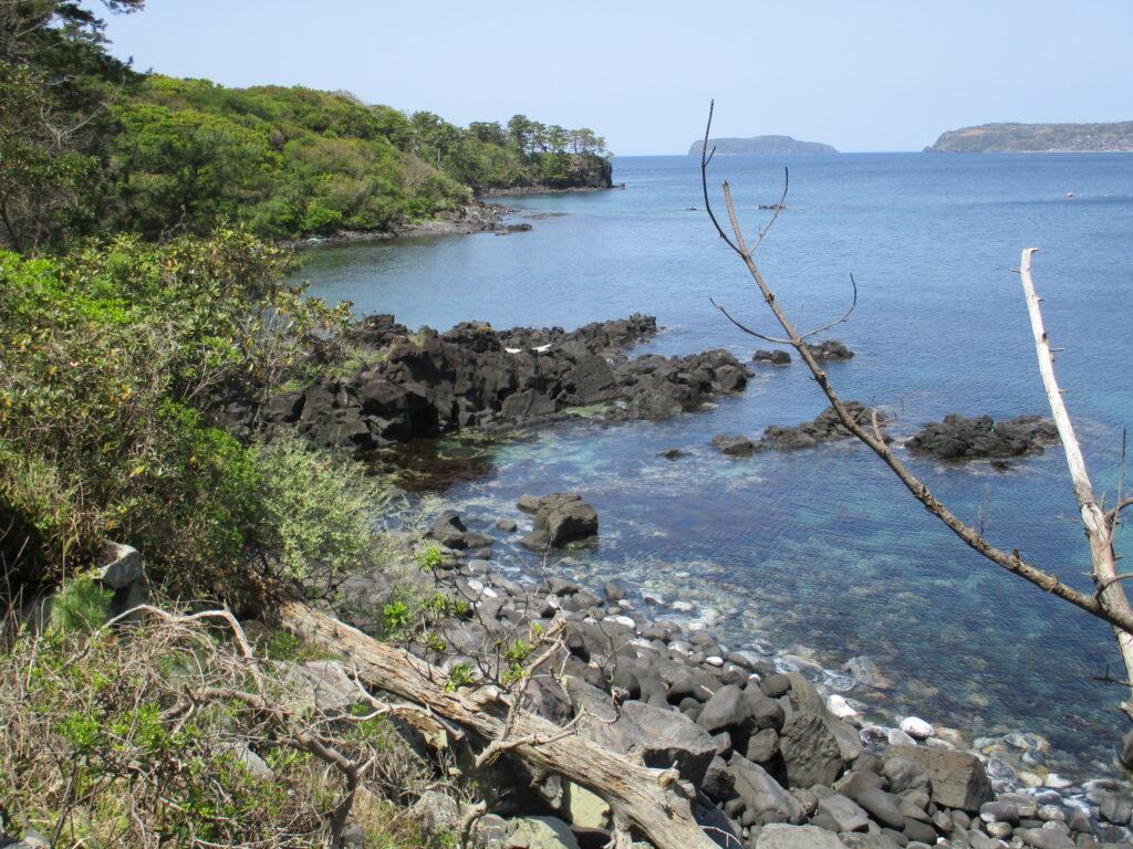 溶岩流と向こうに見える島