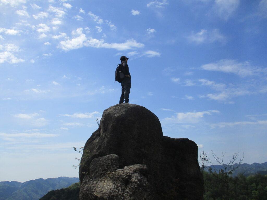 入道岩に立つ升井君(格好いい)