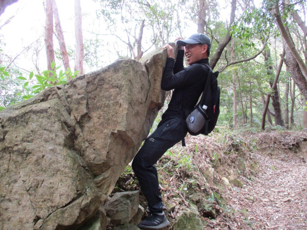 石を見ると登る人