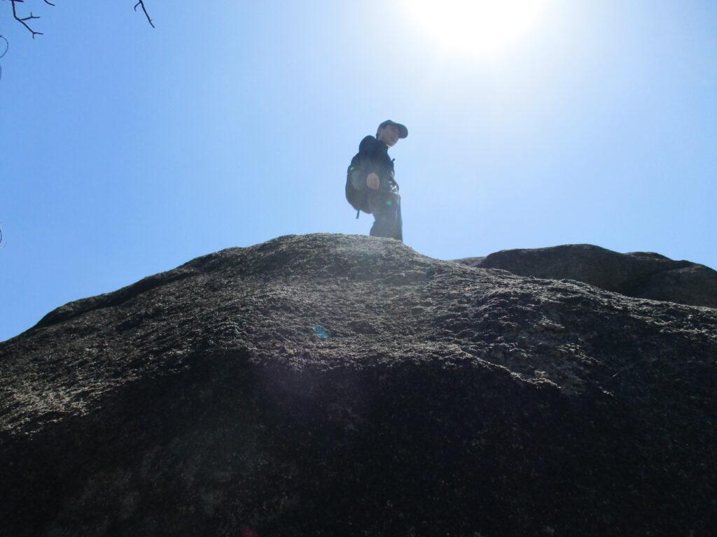 大岩に立つ人