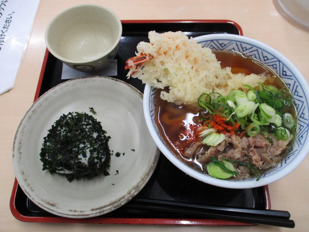 肉天うどん+おにぎり(ワカメ)