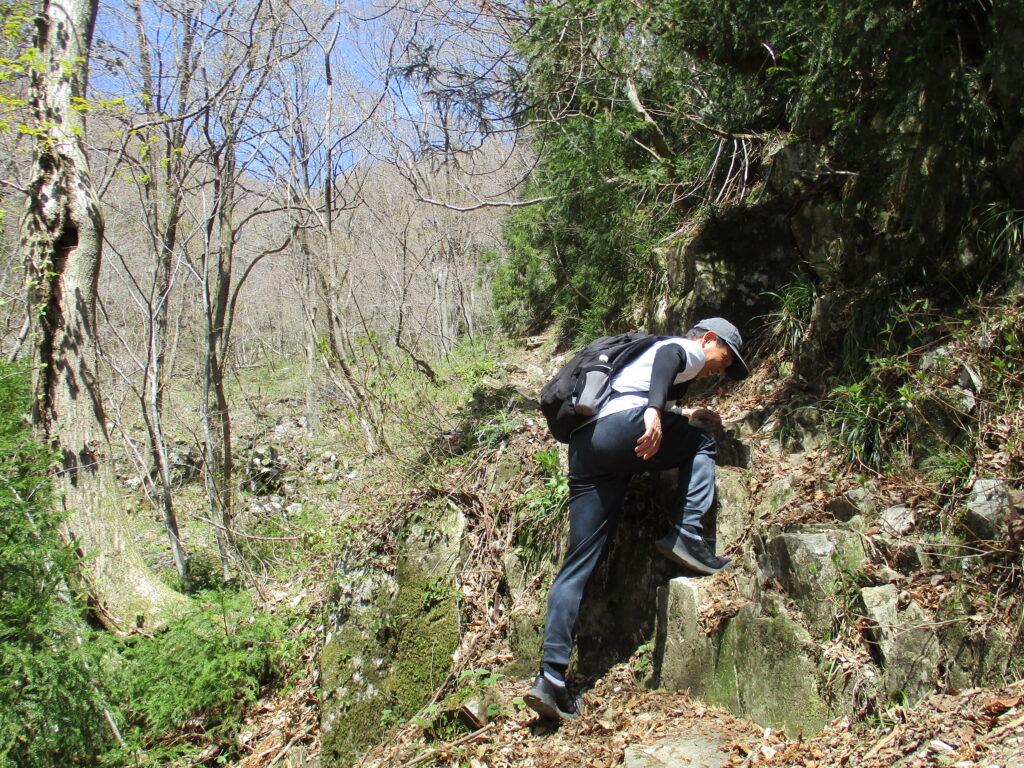 大変な岩を登ってるポーズ