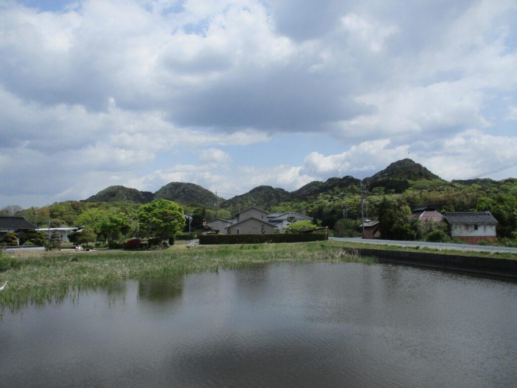 御伊勢山(右)と雨乞い山(左奥2つ)