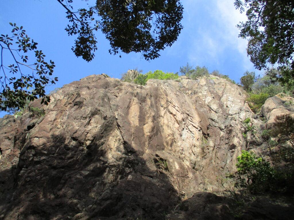 ロッククライミングの岩壁