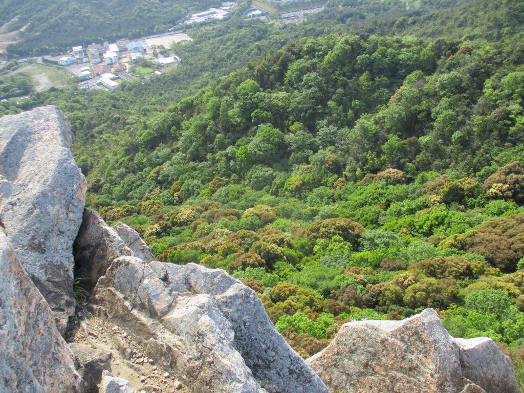 岩から下をのぞいた景色