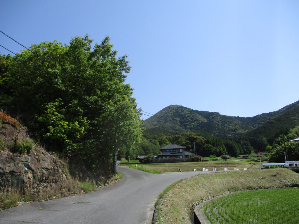 登山口まで1つ目の曲がり角