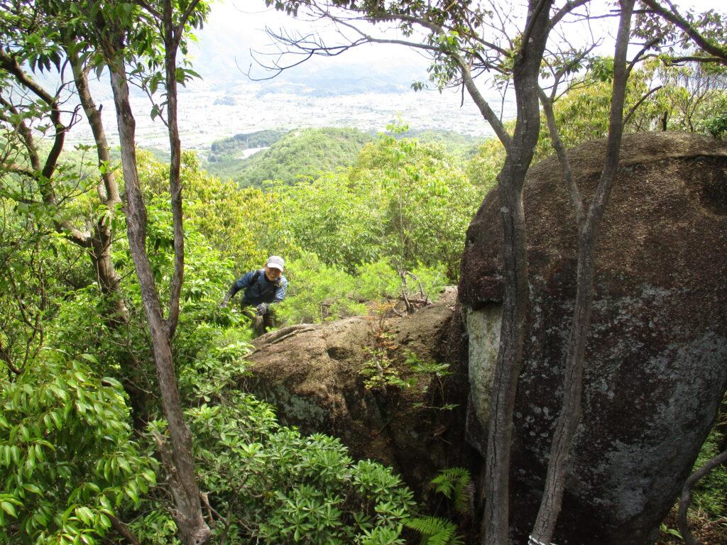 岩を登ってきた男
